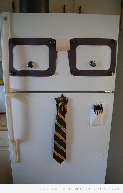Imagen graciosa de un frigorífico tuneado con gafas de pasta y corbata