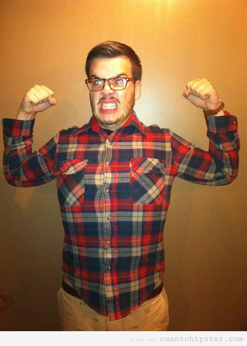 Chico hipster con camisa a cuadros de franela haciendo La Masa o Hulk