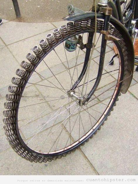 Rueda de bici llena de muelles