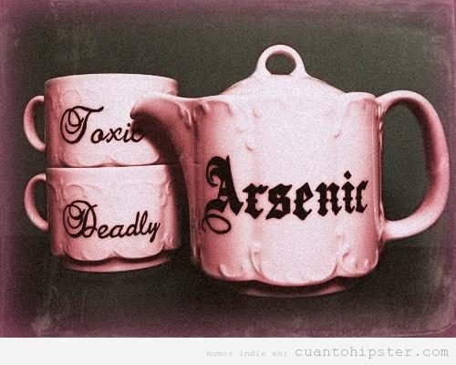 Tetera que pone Arsenic y tazas de té que ponen Toxic y Deadly