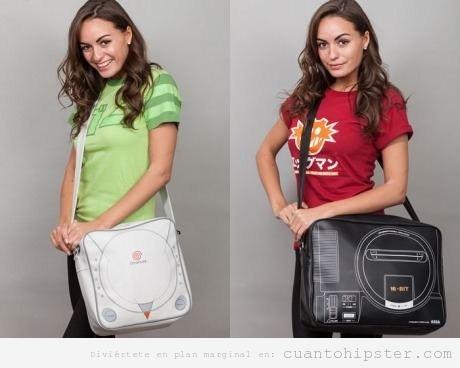 Bolsos de chica retro con forma de consolas Dreamcast y Megadrive