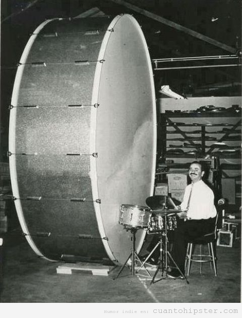 Foto retro y bizarra de un hombre tocando una batería gigante
