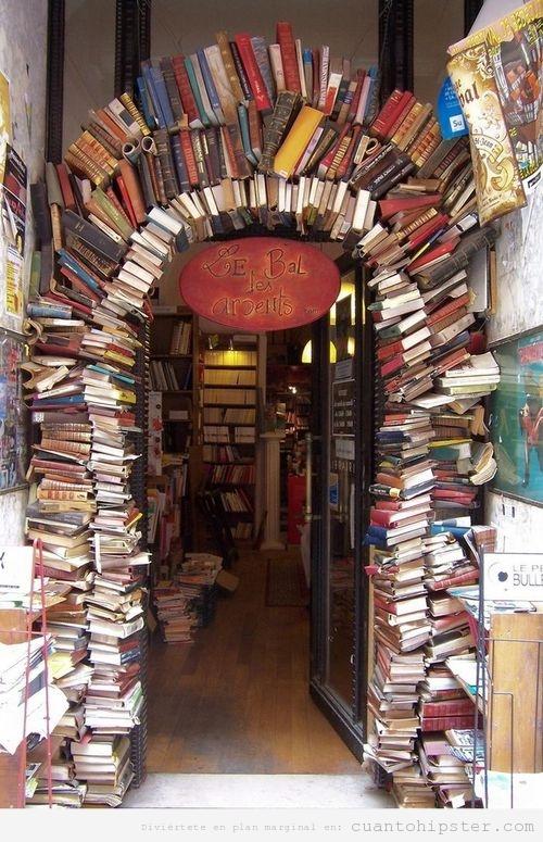 Arco formado por libros en la librería de Lyon Le bal des Ardents