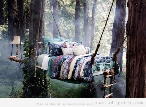 Imagen bonita de una cama que cuelga de un árbol