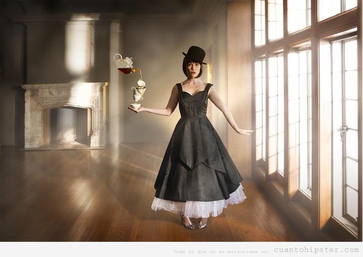 Chica vestida retro, tomando el té, por Cade Martin