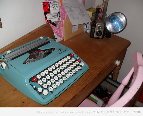Escritorio con máquina de escribir antigua y cámara antigua