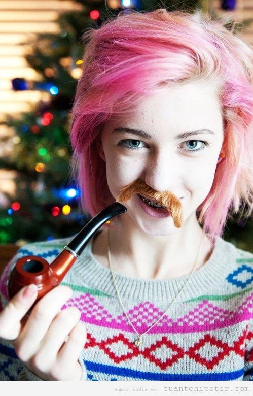 Chica hipster con pelo rosa, jersey lana, bigote y pipa