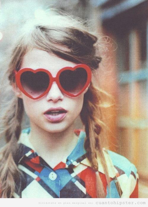 Chica indie con gafas de sol en forma de corazón