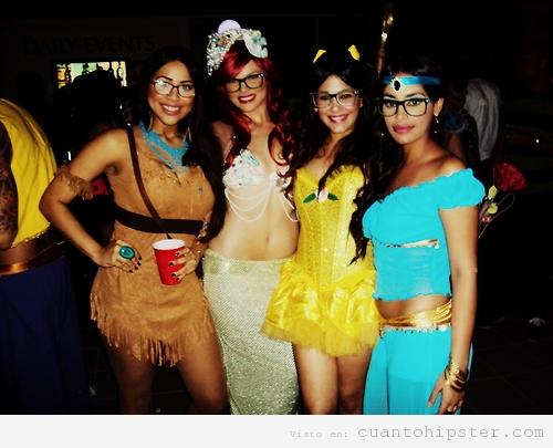 Chicas disfrazadas de princesas Disney Hipster y Gafapasta en Carnaval