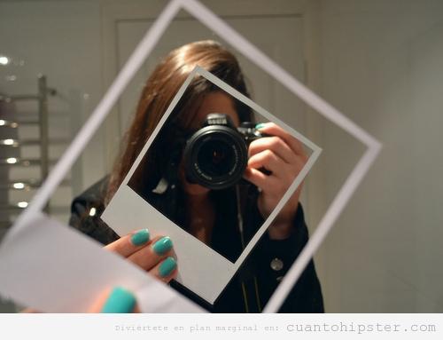 Chica hipster haciendo fotos con una Reflex con DIY Poaroid