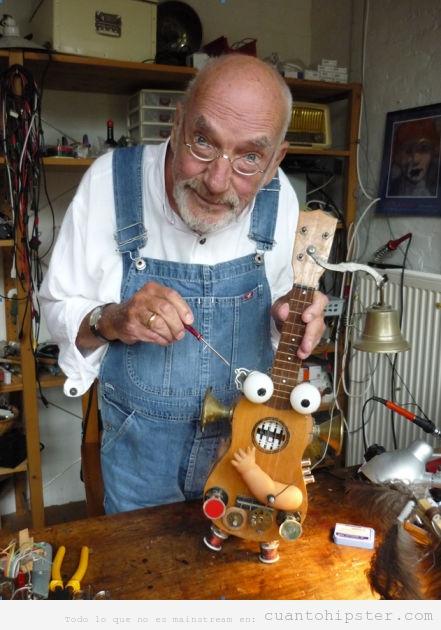 Foto curiosa de un hombre mayor tuneando un ukelele bizarro