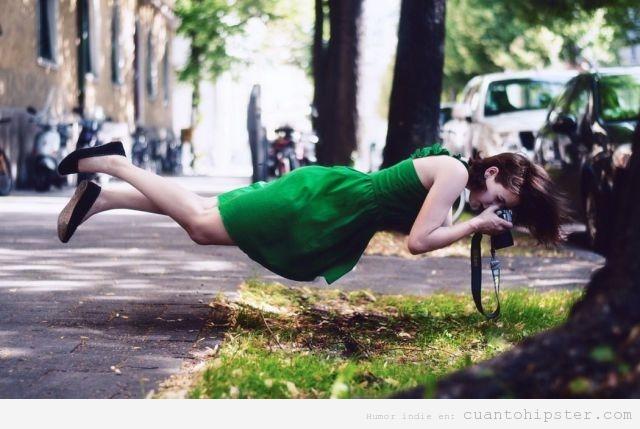 Imagen bonita de una chica que levita al hacer foto césped