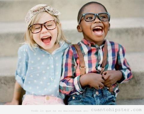 Niña y niño pequeño con gafas y look hipster