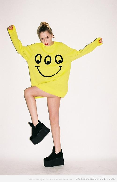 Chica con zapatos plataforma y jersey amarillo, look hipster