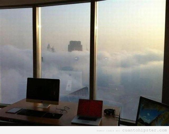 Imagen bonita de una oficina de rascacielos por encima de las nubes