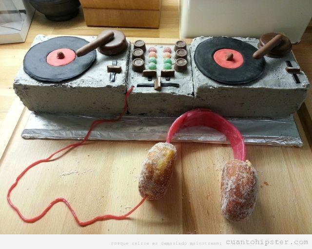 Tarta de cumpleaños original con mesa mezcla Dj indie