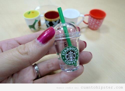 Imagen hipster, taza de café de Starbucks para llevar en miniatura