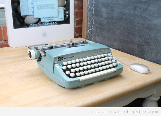 Foto hipster de una pantalla de mac y una máquina de escribir como teclado
