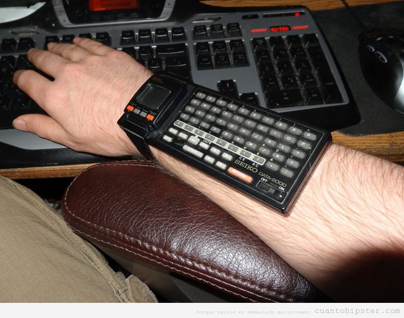Imagen de un reloj antiguo, marca seikco, con calculadora y teclado