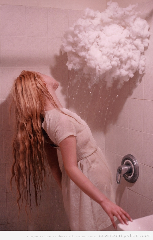 Foto bonita de una chica que se da una ducha con una nube de lluvia