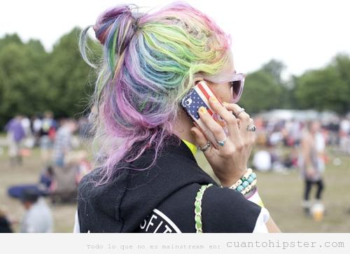 Chica loook hipster y pelo de muchos colores