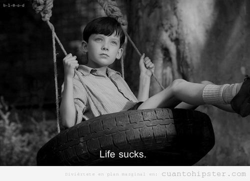 Fotograma de una película antiguo, niño en un columpio