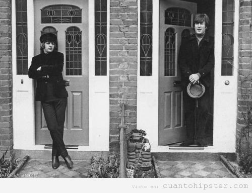 Imagen de Ringo y Lennon de jóvenes en la puerta de una casa