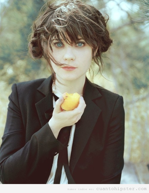 Foto bonita e indie de Zooey Deschanel con el pelo trenzado, traje y corbata