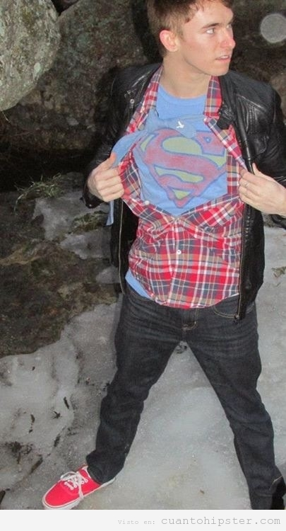 Chico indie, camisa de cuadros, con camiseta de Superman debajo