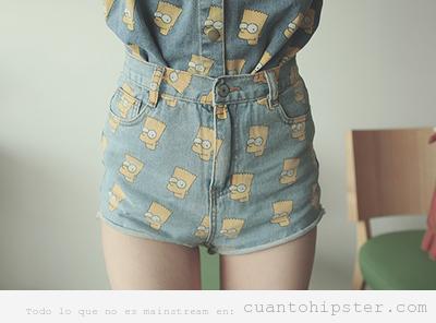 Chica con shorts y camisa tejana con la cara de Bart Simpson