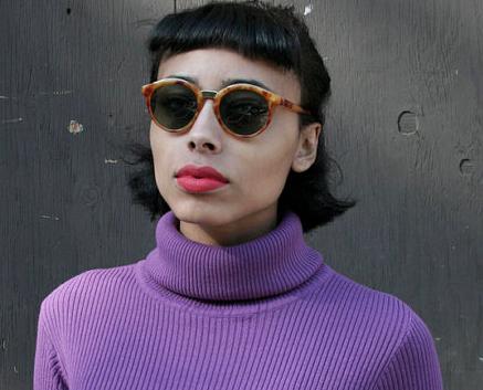 Chica moda hipster, jersey cuello cisne lila