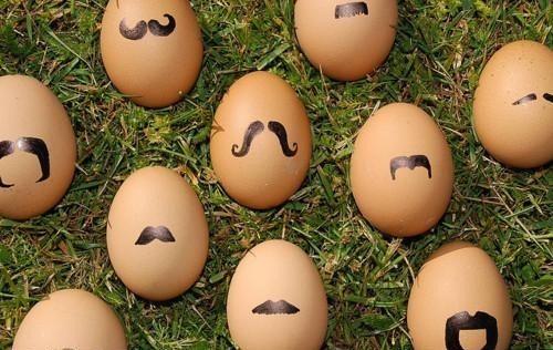 Huevos con moustaches hipsters pintados