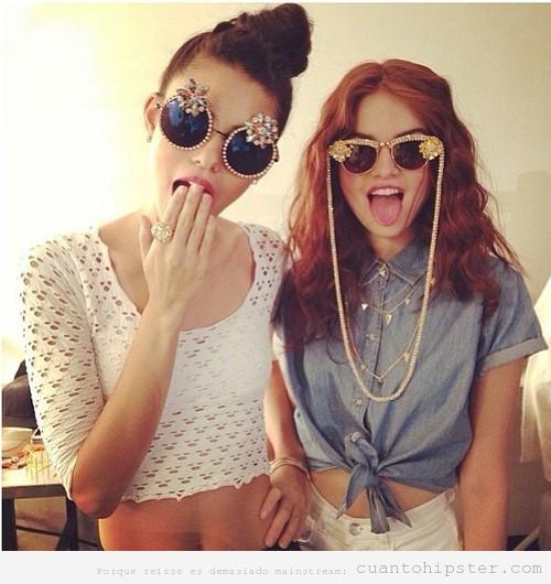 Chicas con gafas de sol hipsters