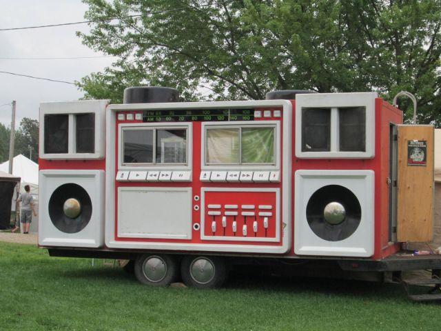Caravana hipster con tuneado y aspecto de radiocasete antiguo