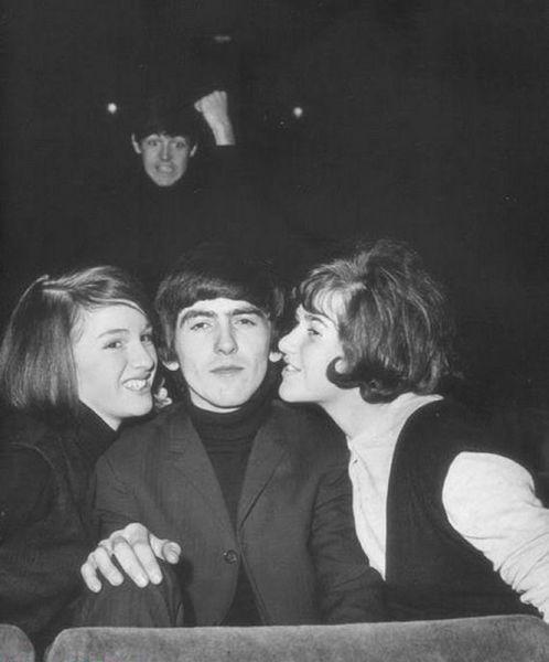 Foto graciosa The Beatles de jóvenes, chicas besando a George Harrison