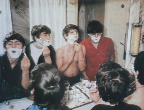 Foto curiosa de The Beatles jóvenes afeitándose