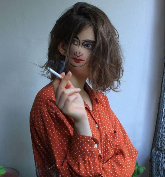 Imagen original, chica con una cara de Picasso en la cara