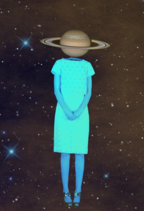 Foto de una mujer con look vintage y cabeza de planeta