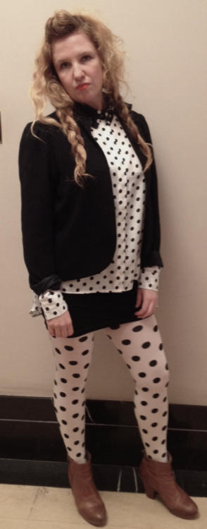Chica hipster vestida como Jackie de Roseanne