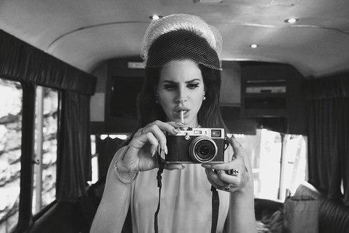 Imagen de Lana dle Rey, look de los años 50 con cámara de fotos antigua