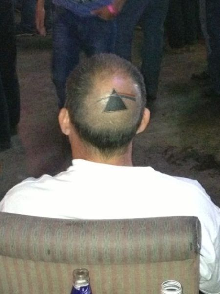 Hombre con el prisma de Pink Floyd The Dark Side of de Moon en la cabeza