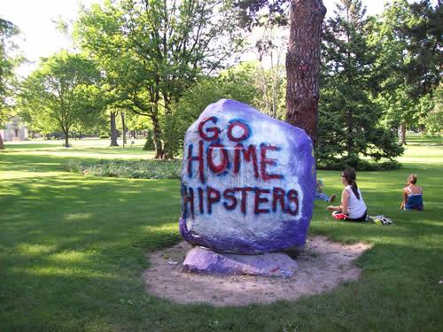 Pintada en un campus universitario, hipsters go home