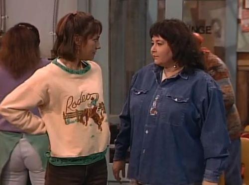 Jackie de la serie Roseanne con un jersey de rodeo