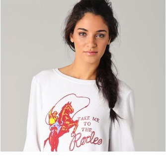 Chica con una camiseta hipster de rodeo