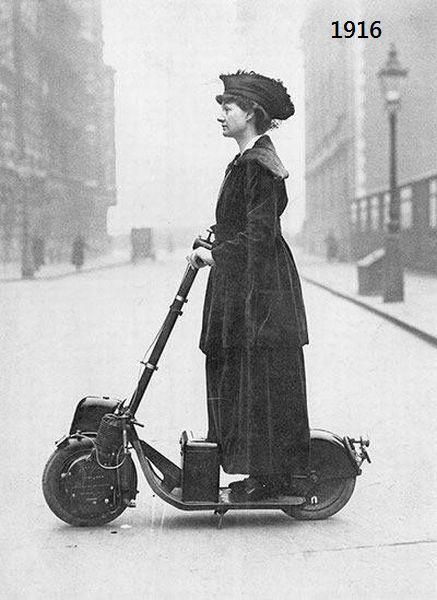 Foto curiosa de principios del siglo XX con una mujer en patinete a motor