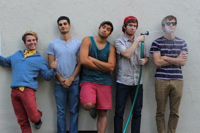Grupo de chicos con look moderno y hipster regado