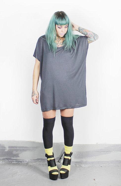 Chica look hipster camiseta gigante., como JAckie de Roseanne