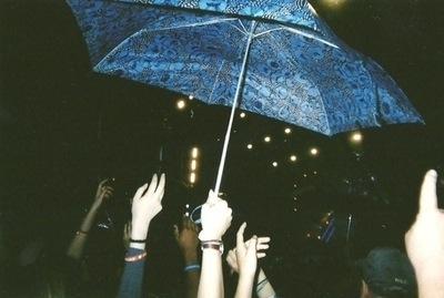 Imagen indie, un paraguas en un concierto al aire libre