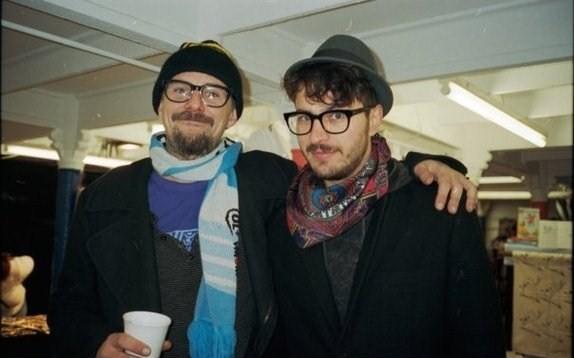 Dos hipsters con moda de invierno o vagabundos