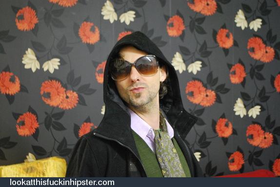 Chico look hipster con gafas de sol enormes